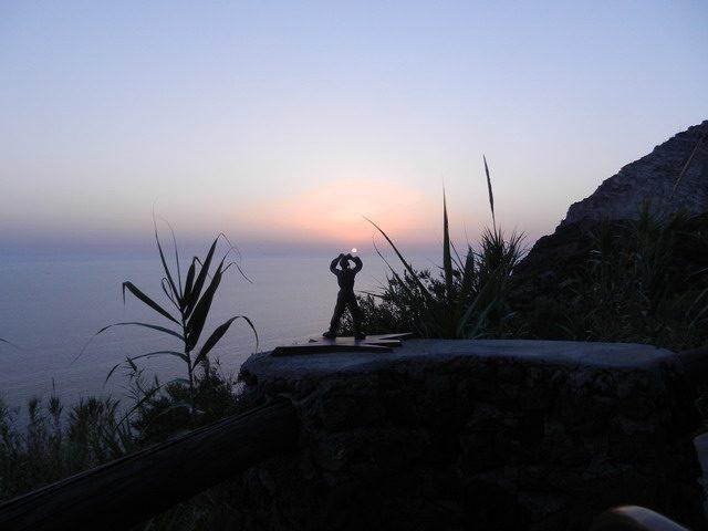Omino meditazione al tramonto - www.scuoladirespiro.org
