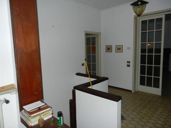 L'ingresso che divide la cucina ed il salone dalle camere da letto